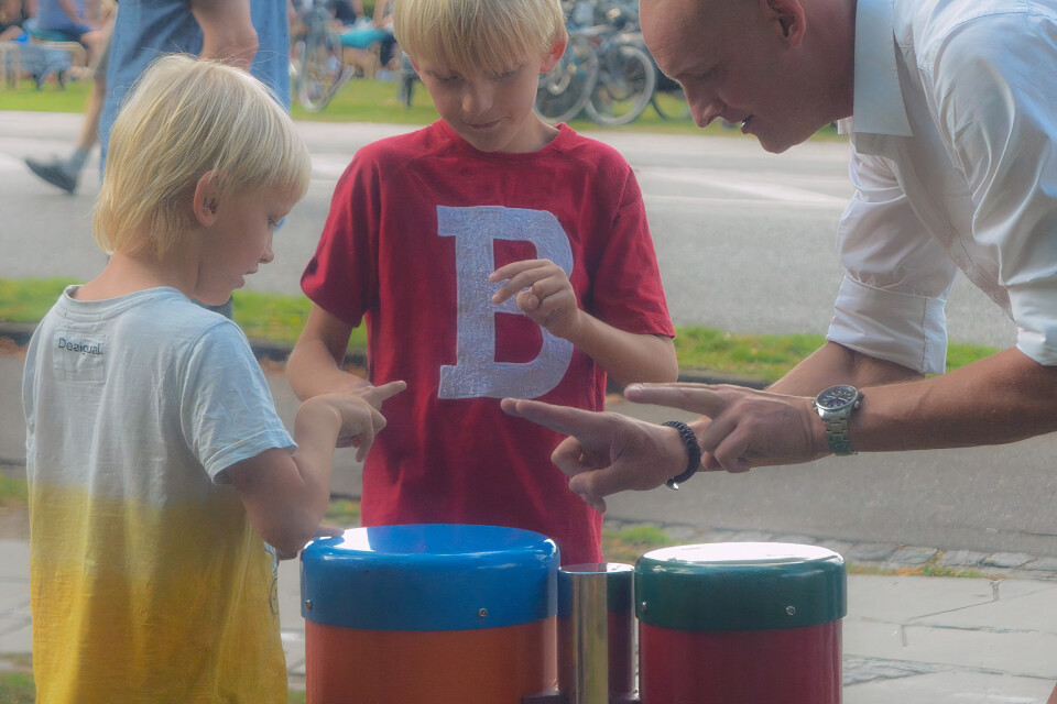 3917548938_Congas-1140x760-_-man-with-two-boys_auto_x2